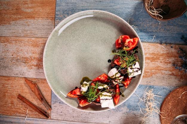 Caprese-salat mit pferdefleisch-salakis-käse