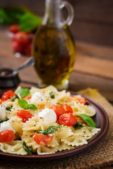 Caprese-salat mit tomaten, mozzarella und basilikum