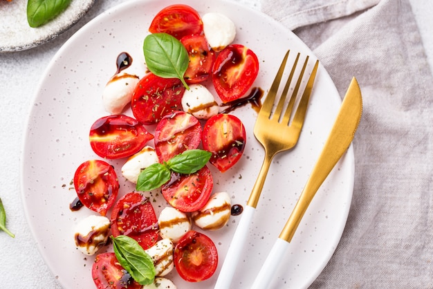Caprese-salat mit tomaten und mozzarella