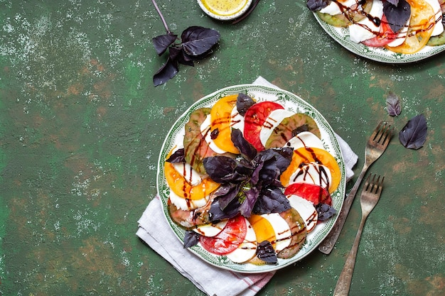 Caprese-salat tomaten-mozzarella-scheiben mit basilikumblättern