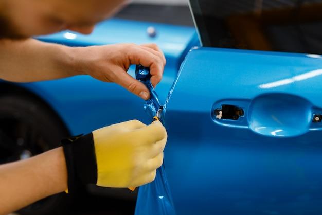 Car wrapper hands installiert vinylfolie oder folie