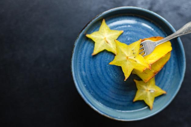 Carambola sternfruchtscheiben bereit, gesunde snack keto oder paläo diät zu essen
