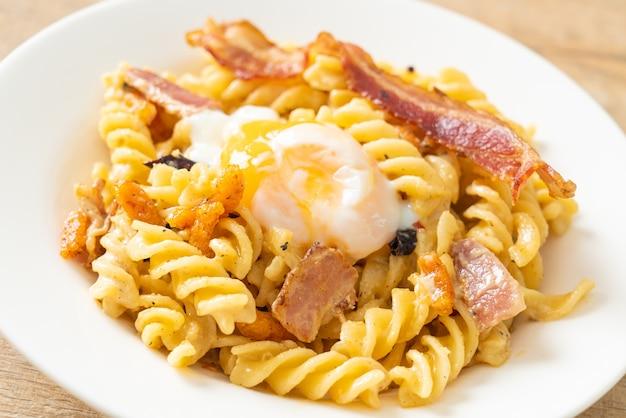 Carbonara fusilli pasta würziger speck - italienische küche food