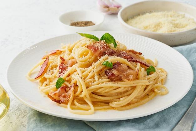 Carbonara nudeln. spaghetti mit pancetta, ei, parmesan und sahnesauce