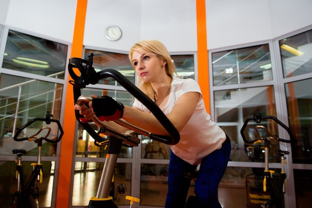 Cardio-training im fitnessstudio von schönen frauen.