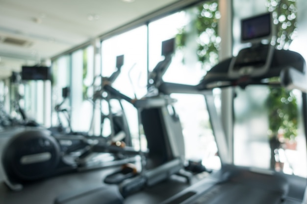 Cardiogeräte in einem fitness-studio verschwommen