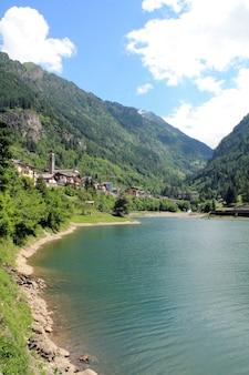 Carona-dorf italien see- und gebirgsfrühlingslandschaft