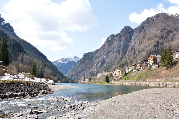 Carona-dorf italien see- und gebirgswinterlandschaft