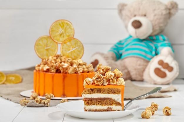 Carrotorange biskuitkuchen mit mascarponecreme und gesalzenem karamell