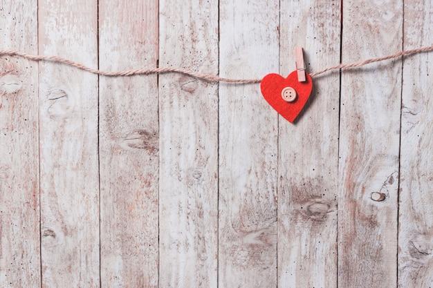 Carta con un corazón colgando de una cuerda