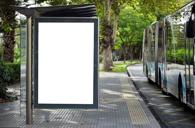 Cartelera vertikal und blanco blanco in der parada de autobs in der calle de la ciudad