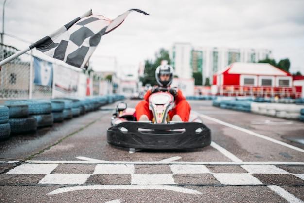 Carting racer auf der startlinie, vorderansicht, go cart driver