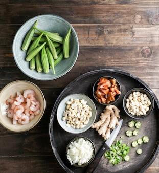 Caruru ingredientes, traditionelles afro-brasilianisches gericht aus okra und getrockneten garnelen, tomaten, cashewnüssen und erdnüssen