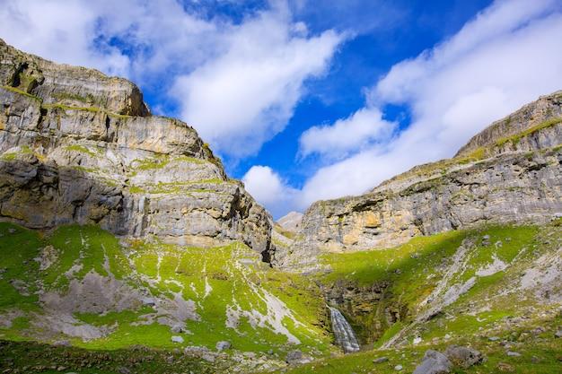 Cascada cola de caballo circo von soaso in den ordesa valley pyrenees spain