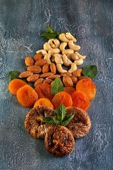 Cashewmandeln getrocknete aprikosen und getrocknete feigen in form eines blumenstraußes