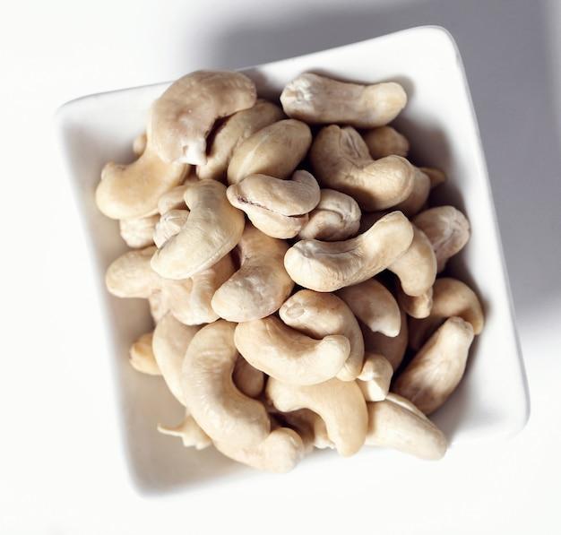 Cashewnüsse auf weißer schüssel