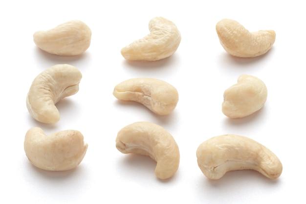 Cashewnüsse lokalisiert auf weißem hintergrund