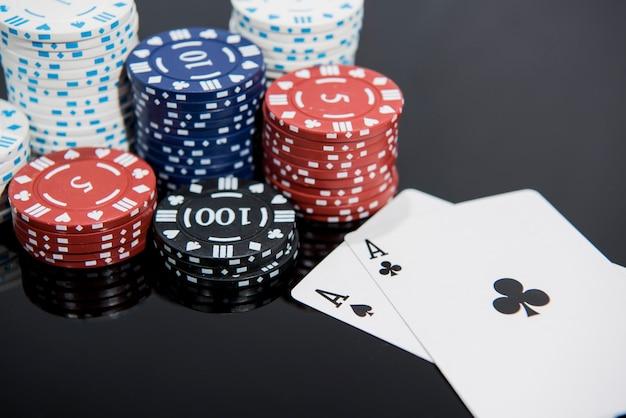 Casino abstraktes foto. pokerspiel auf rotem hintergrund. thema des glücksspiels.