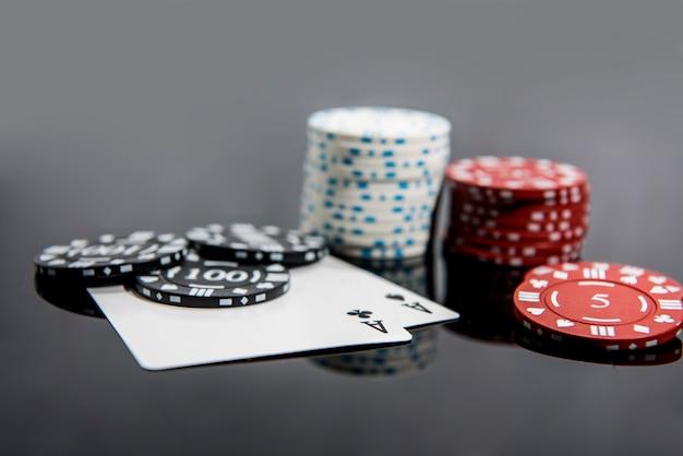 Casino abstraktes foto. pokerspiel auf rotem hintergrund. thema des spielens.