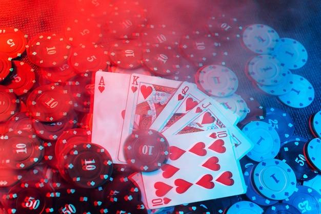 Casino-konzept: spielkarten, wettchips. ansicht von oben. rauch zum foto hinzugefügt