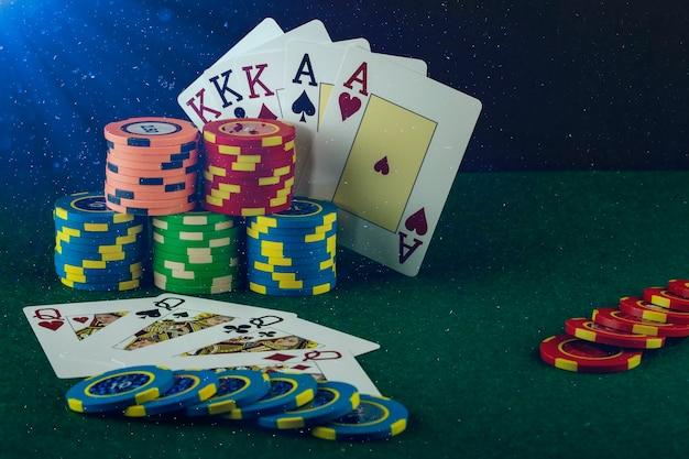 Casino-spielelemente wie farbige chips, pokerkarten und geld