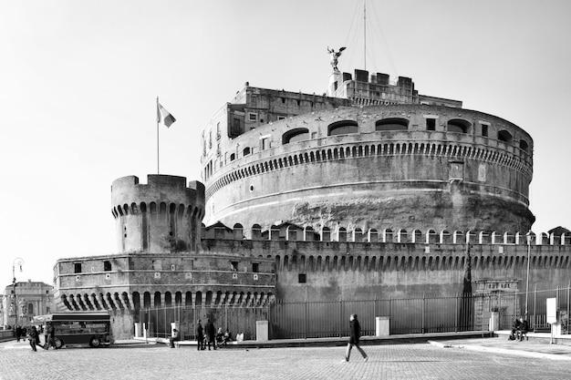 Castel sant angelo - schloss des heiligen engels, mausoleum des hadrian in rom, italien. schwarzweißbild