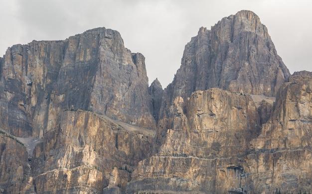 Castle mountain in der nähe des bow river banff national park alberta der berg sieht aus wie eine burg
