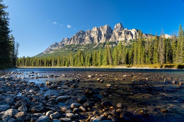 Castle mountain und bow river im sommer sonnigen tag castle mountain aussichtspunkt banff national park