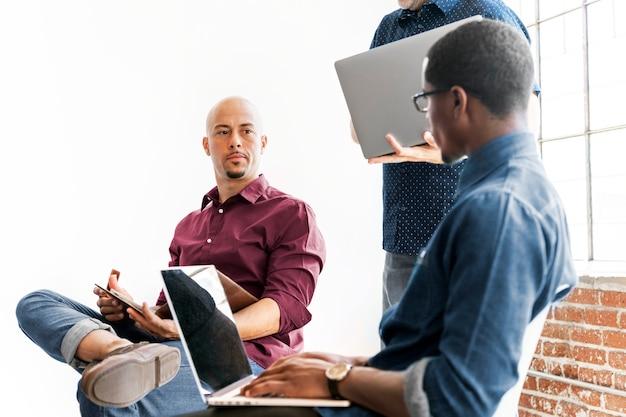 Casual business-team, das an einem projekt arbeitet