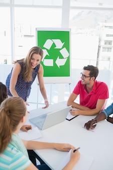 Casual team mit treffen über öko-politik