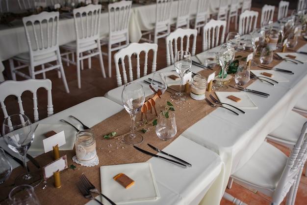 Catering-abendessen im freien bei der hochzeit mit hausgemachter dekoration garniert