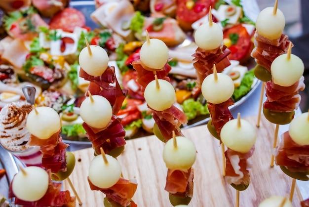 Catering-banketttisch mit verschiedenen snacks und vorspeisen