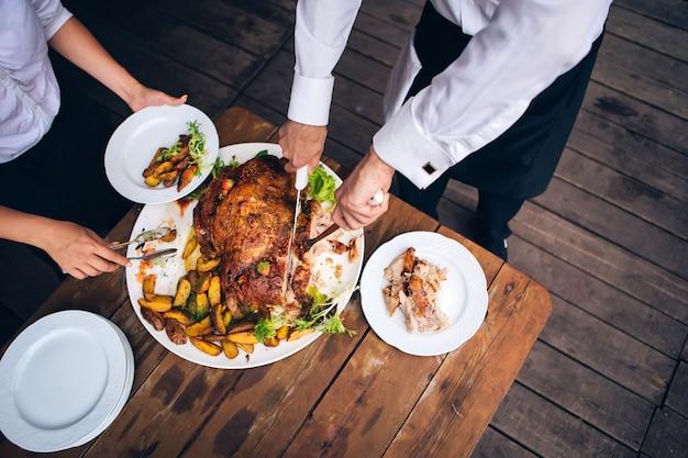 Catering buffet food dish mit fleisch und buntem gemüse auf einem tisch