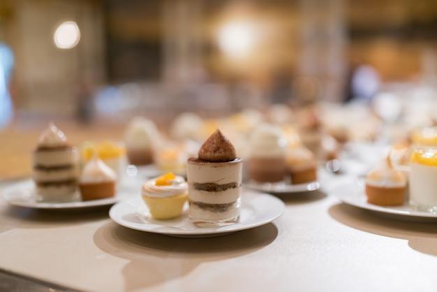 Catering, dessert und süßigkeiten, mini-häppchen, snacks und vorspeisen, essen für die veranstaltung, süßigkeiten