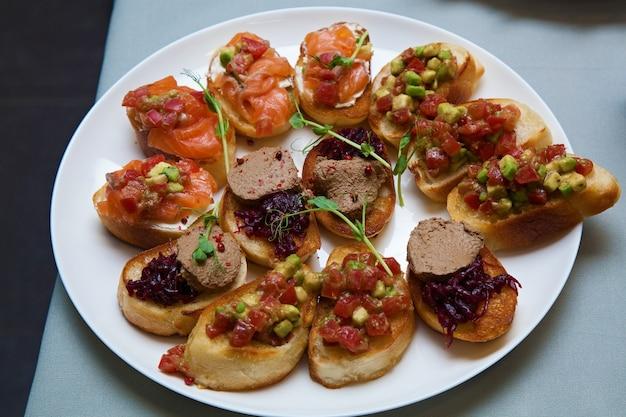 Catering für feiertage und events verschiedene kalte snacks auf croissants für einen buffettisch