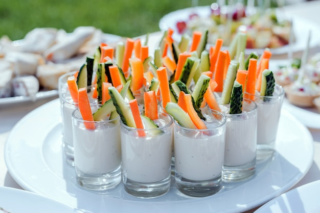 Catering für party. vorspeisen mit karotten, gurkenstangen