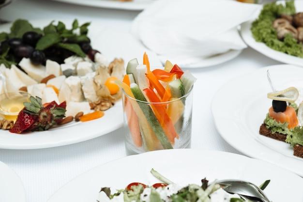 Catering mit gemüse auf dem tisch