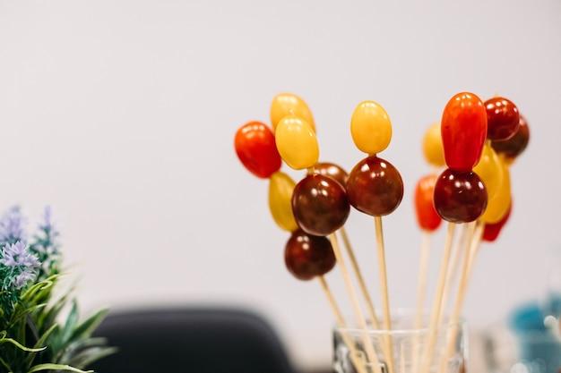 Catering, nahaufnahme von festlichen, appetitlichen häppchen, gesunde leckere vegetarische snacks auf dem bankett, partyessen. foto in hoher qualität