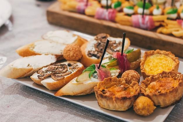 Catering-tischset-service im restaurant vor der party.
