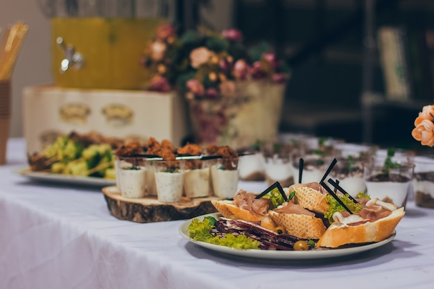 Catering-tischset-service im restaurant