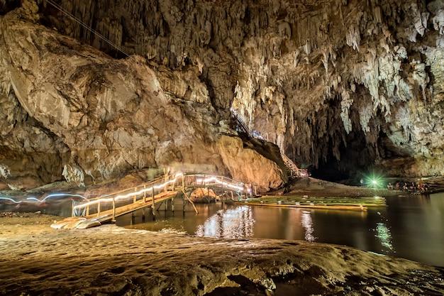 Cave lod phänomen stein stalaktit und stalagmit von natürlichem