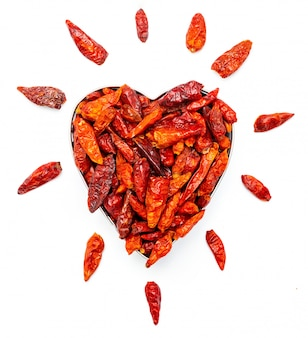 Cayenne-chili in herzform. für alle, die es scharf mögen. leidenschaft für das würzige. liebe für cayennepfeffer. sehr würziges gewürz aus dem guindillo de indias