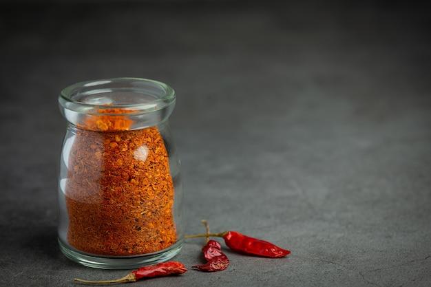 Cayenne getrockneter pfeffer im glas