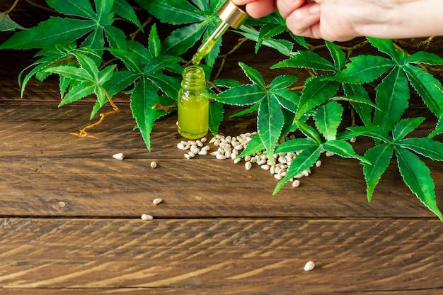 Cbd-hanföl, hand, die eine flasche cannabisöl in der pipette hält.
