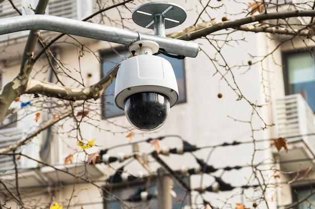 Cctv-360-grad-überwachungskamera über der straße mit gewölbtem glas
