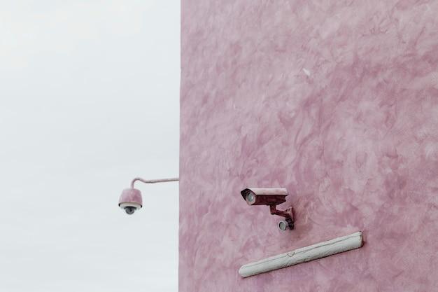 Cctv an einer rosa wand
