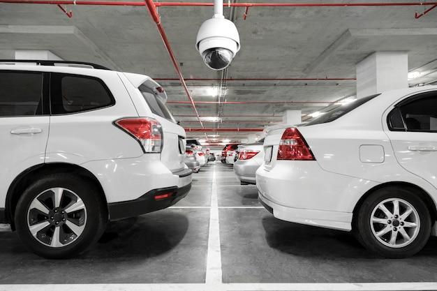 Cctv-kamera auf dem parkplatz installiert