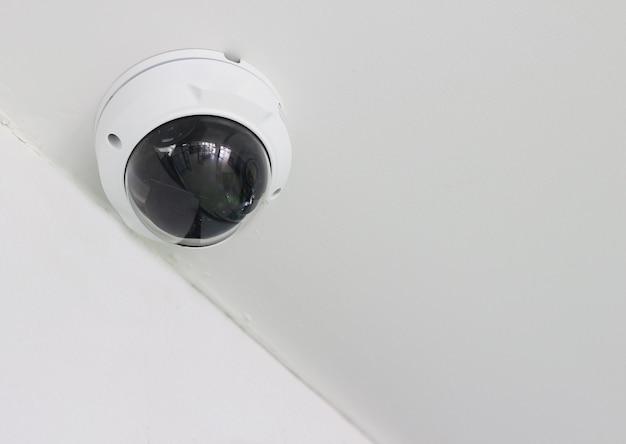 Cctv-kamera auf wandhintergrund