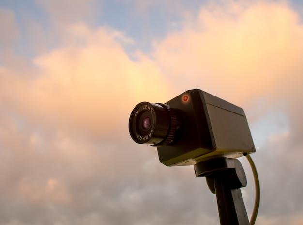 Cctv-kamera im freien mit himmel und wolke