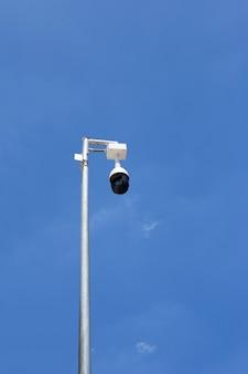Cctv-kamera sicherheit auf blauem himmel